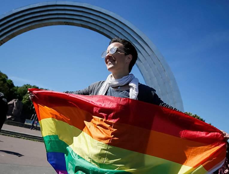 Разукрасили будни яркими цветами: столичные активисты выступили против гомофобии и трансфобии (фото)