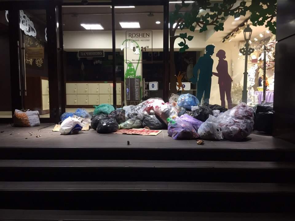 Жители Львова выкинули мусор перед входом в фирменный магазин