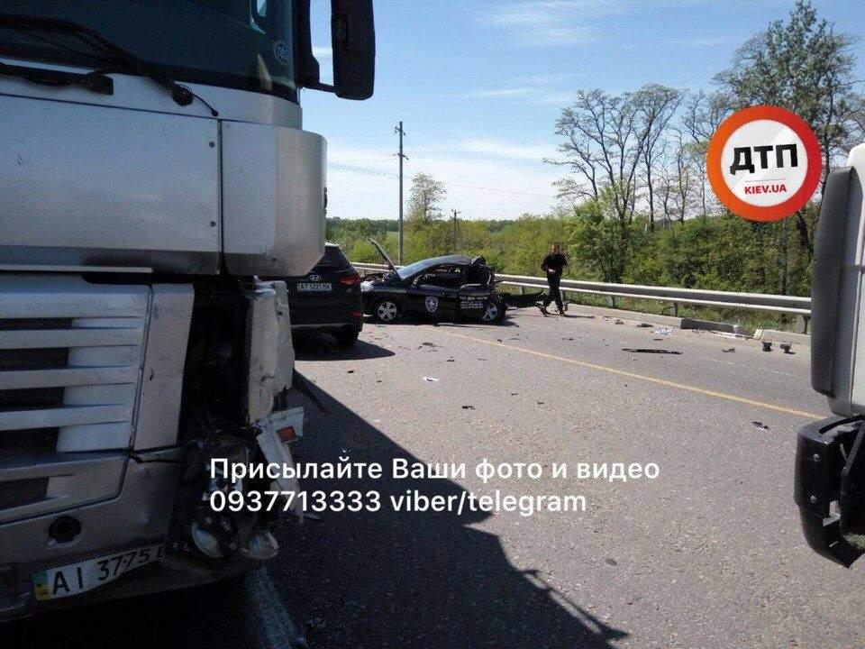 Под Киевом авто охраны попало в разрушительное ДТП (Фото)