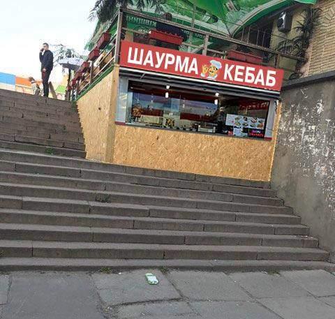 Наглость – первое счастье: в Киеве ресторан «заполз» в подземный переход (фото)