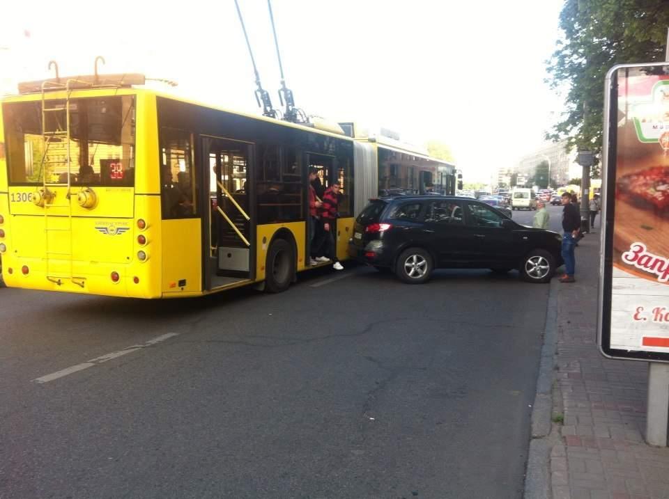 В Киеве троллейбус протаранил