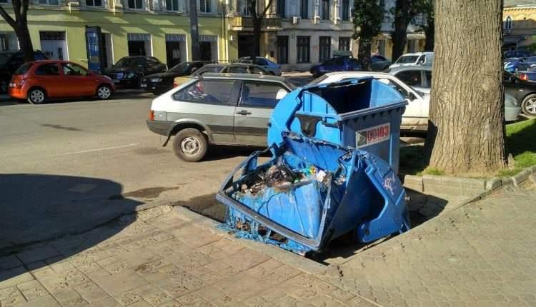 В Одессе прям под пожарной частью сгорел пластиковый мусорный бак (Фото)