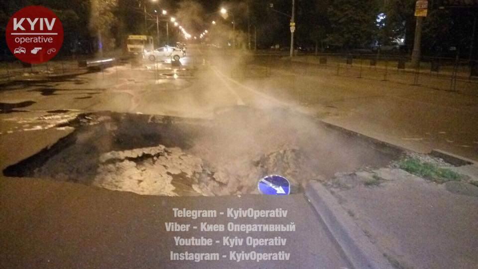 В Киеве  из-за прорыва теплосети провалился асфальт (Видео, фото)