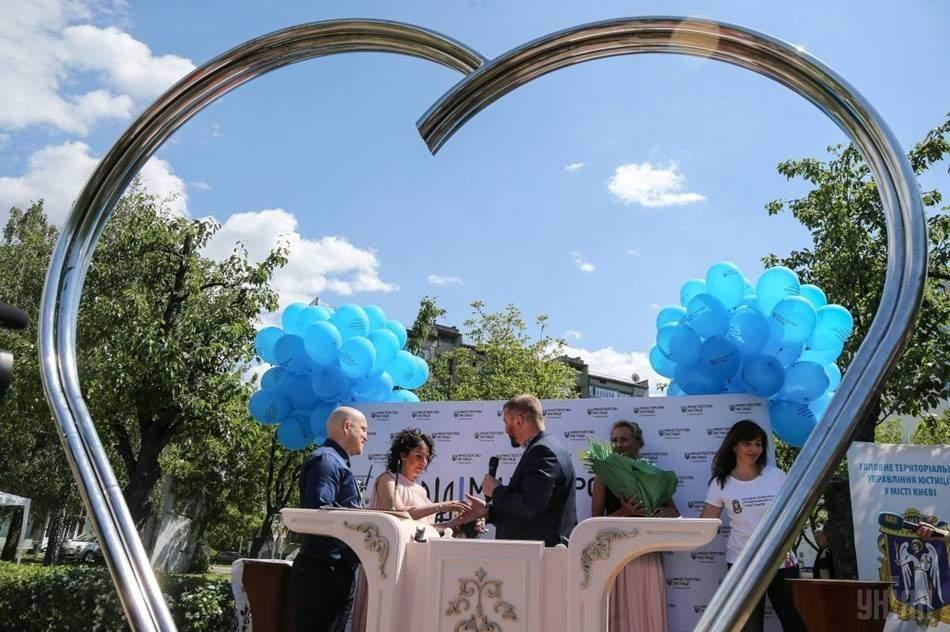 В Киеве открыли площадку для регистрации брака на открытом воздухе (фото)