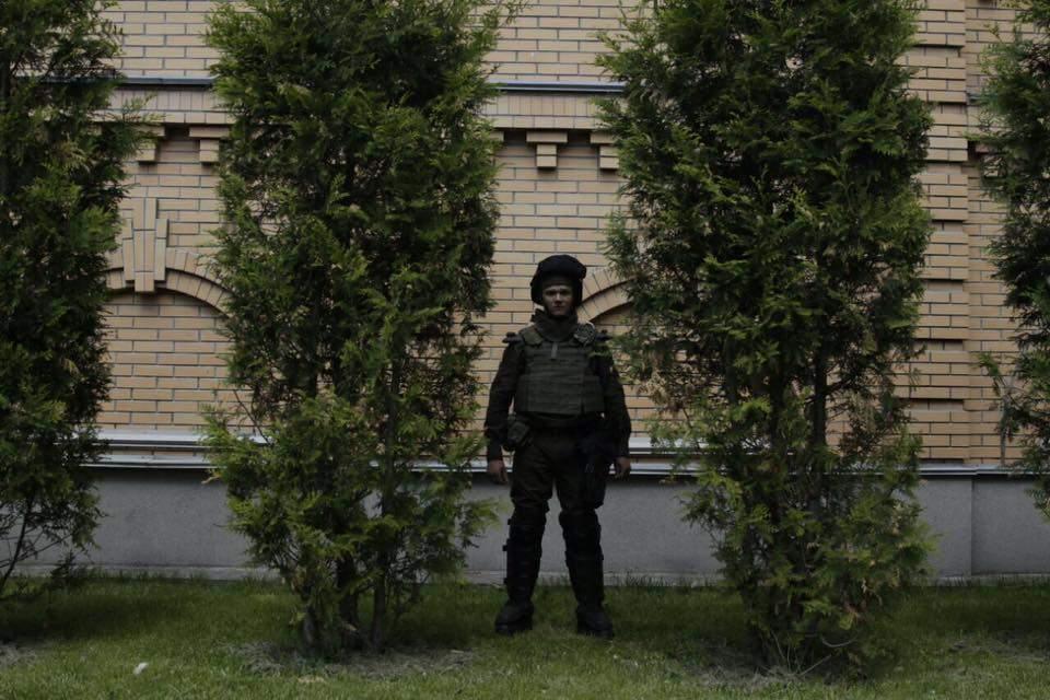 «Подпиши амнистию»: в Киеве активисты жли фаеры и шашки у резиденции Президента (фото)