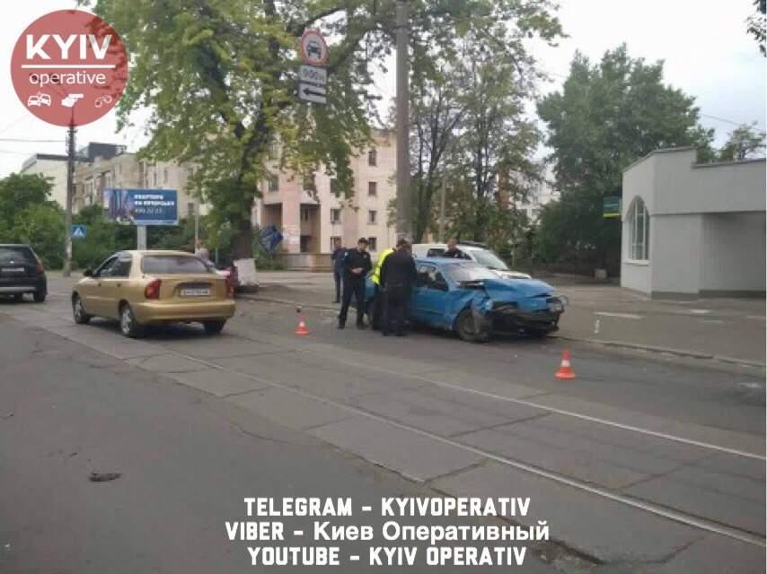 В Киеве в результате ДТП снесли знак пешеходного перехода (фото)