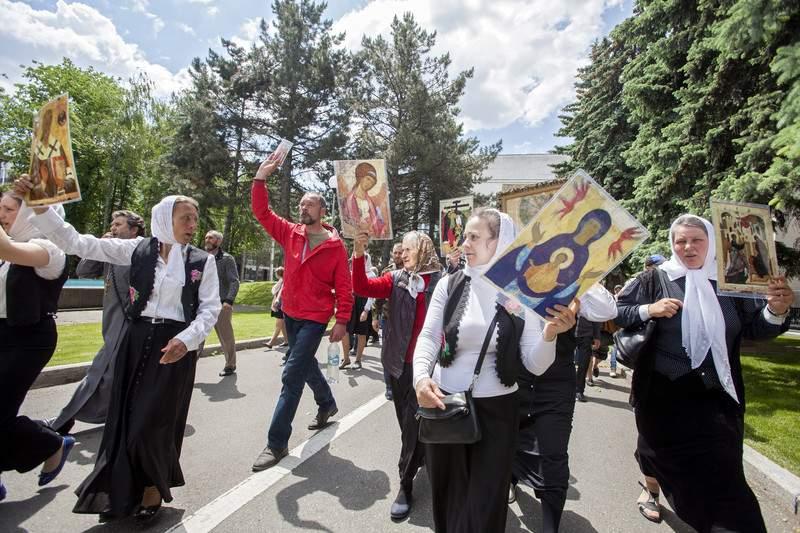 В Молдове произошли столкновения между представителями ЛГБТ и церкви (Фото)