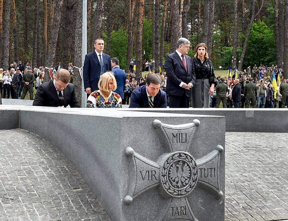 Геращенко от имени парламента возложила цветы в память жертв политических репрессий (Фото)