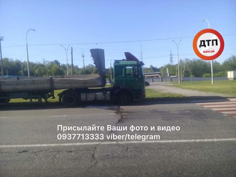 В Киеве произошло ДТП с опрокидыванием: фура зацепила