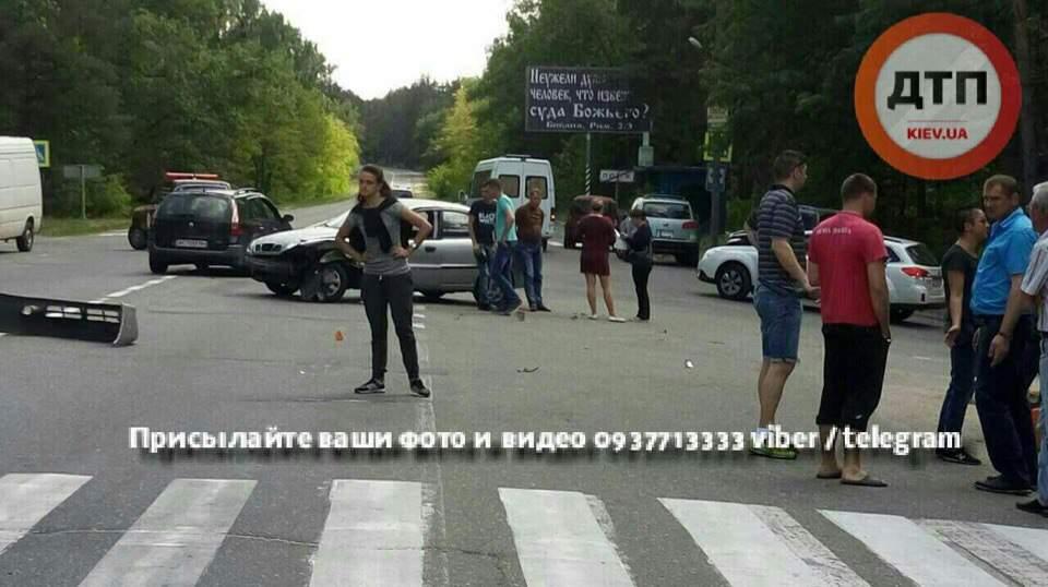 Под Киевом произошло столкновение двух автомобилей (фото)