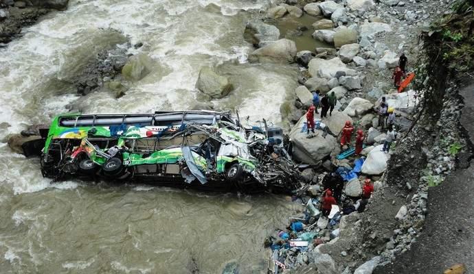 В Индии автобус с паломниками обрушился в реку: 22 человека погибли (фото)