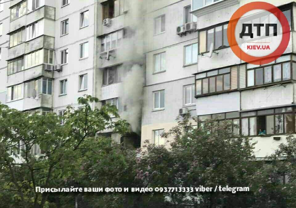 В Киеве в многоэтажном доме горела квартира (фото)