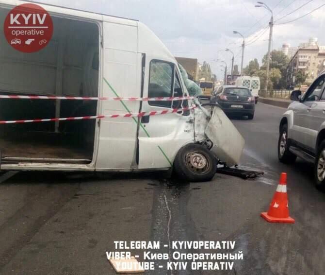 В столице на полосе встречного движения произошло ДТП (Фото)