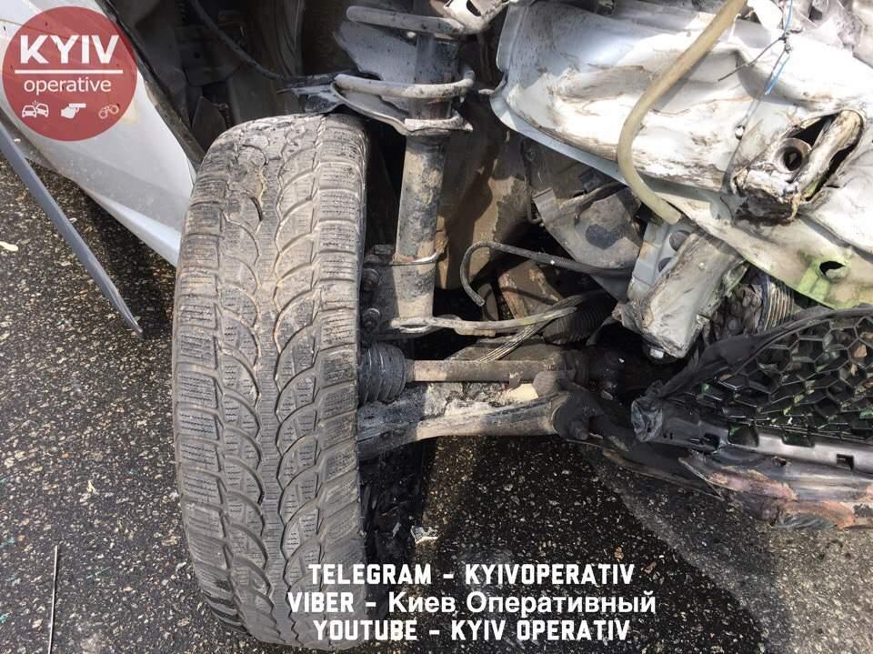 В Киеве водитель на полном ходу въехал в припаркованный грузовик (фото)