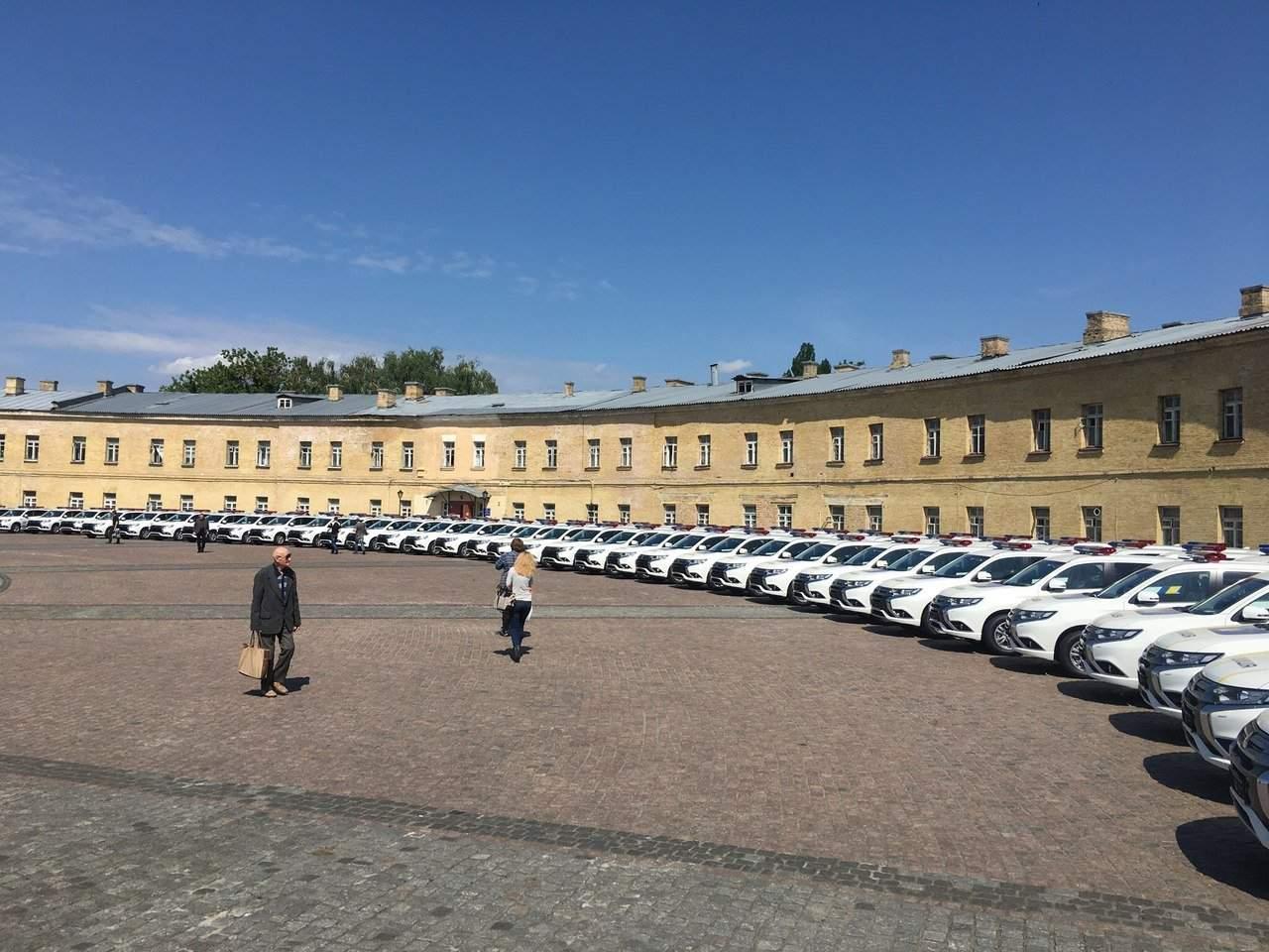 В Киеве возле поликлиники Минобороны заметили партию новых авто для патрульной полиции (фото)
