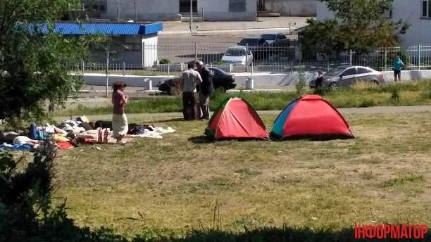 Возле столичного вокзала появился цыганский табор (Фото)