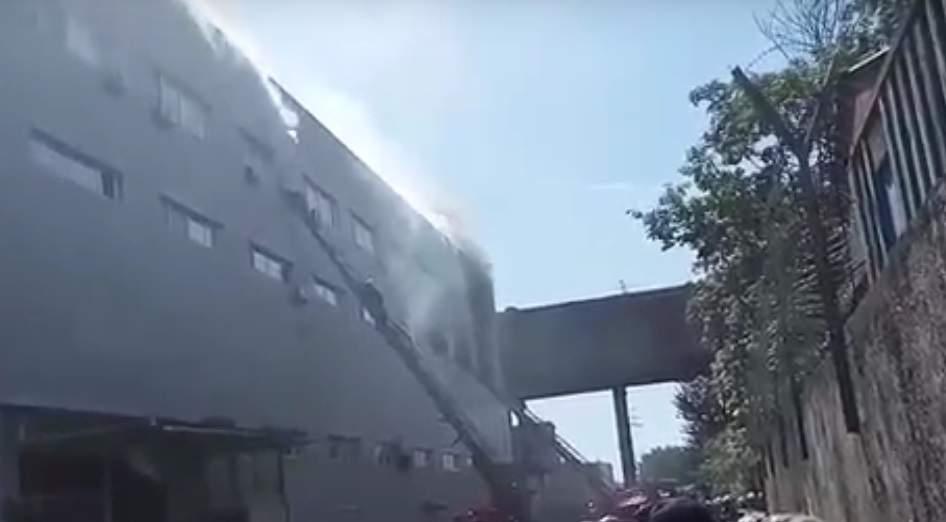 В Киеве огнём охвачено складское помещение (видео)
