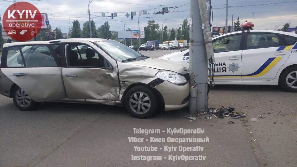 В столице столкнулись Renault Symbol и Renault Logan: не обошлось без пострадавших (видео)