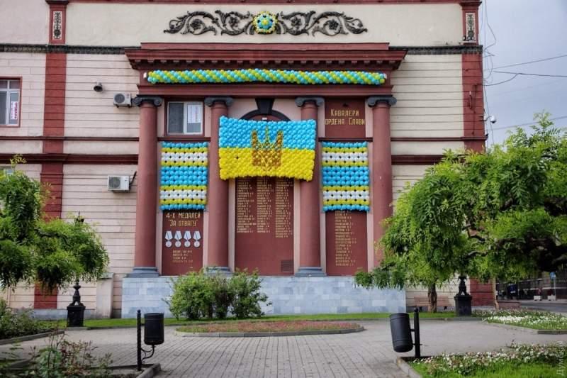 Национальная символика из шаров и ограждённый бульвар: как в Одессе встречают Порошенко (фото)