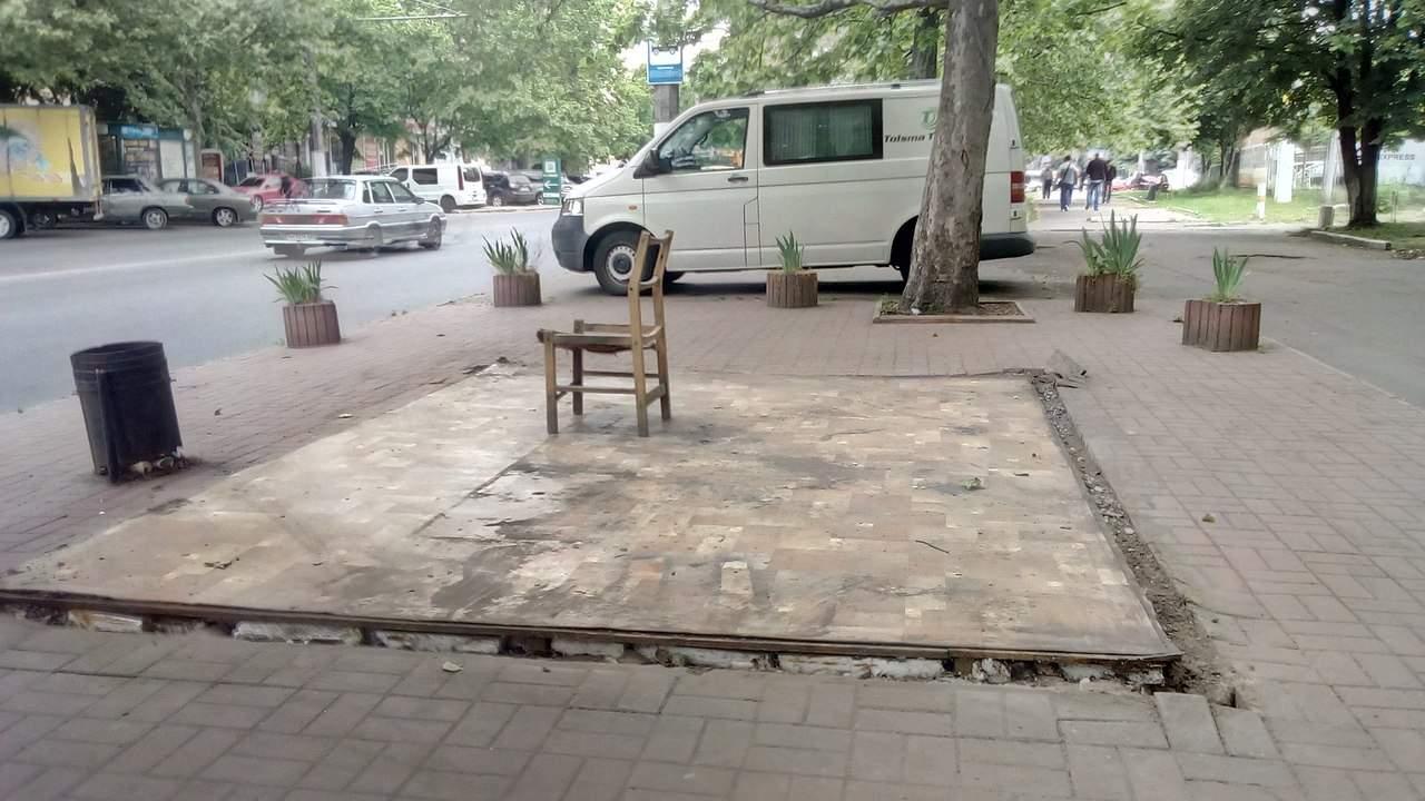Одесса – она такая: на месте снесённой остановки поставили поломанный стул (фото)