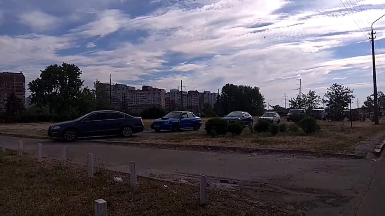 Киевские автомобилисты попали в пробку на тротуаре (видео)