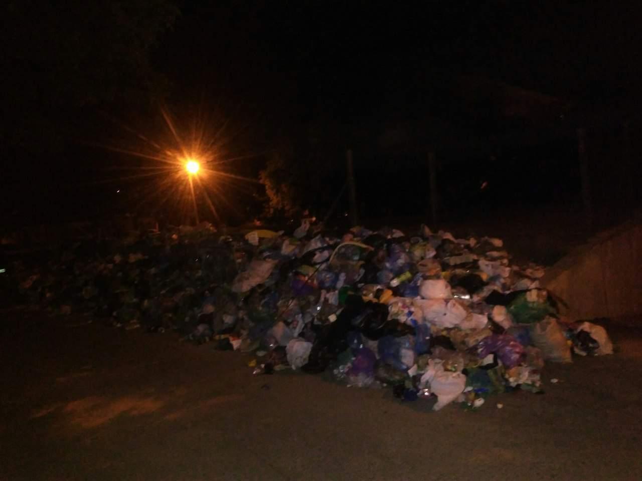 Львовяне заблокировали выход ЛКП мусором (фото)