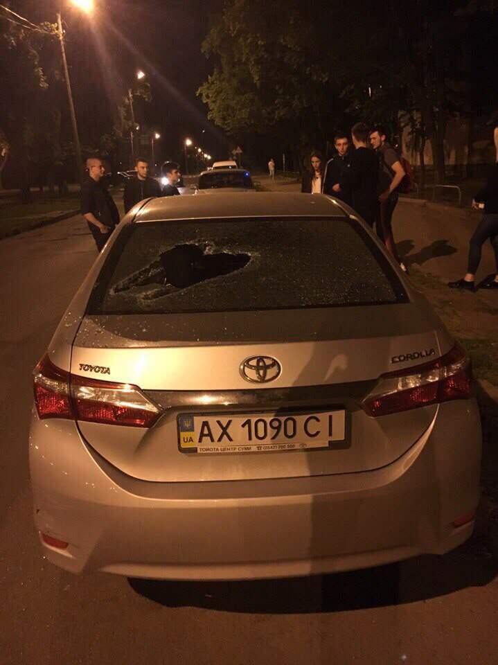 Автомобильный «Раскольников»: в Харькове  иномарку прорубили топором (фото)