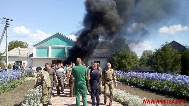 Оковы поддержки: в Винницкой области ветераны АТО жгли шины и били стекла в сельсовете (фото)