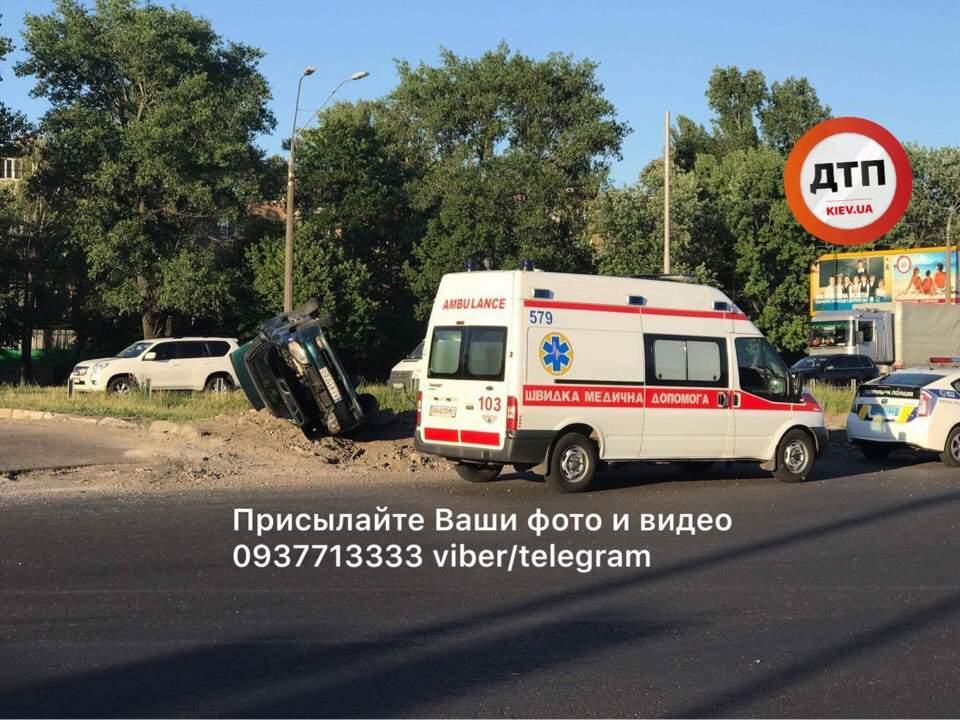 В столице произошло ДТП с опрокидыванием: есть пострадавший (фото)