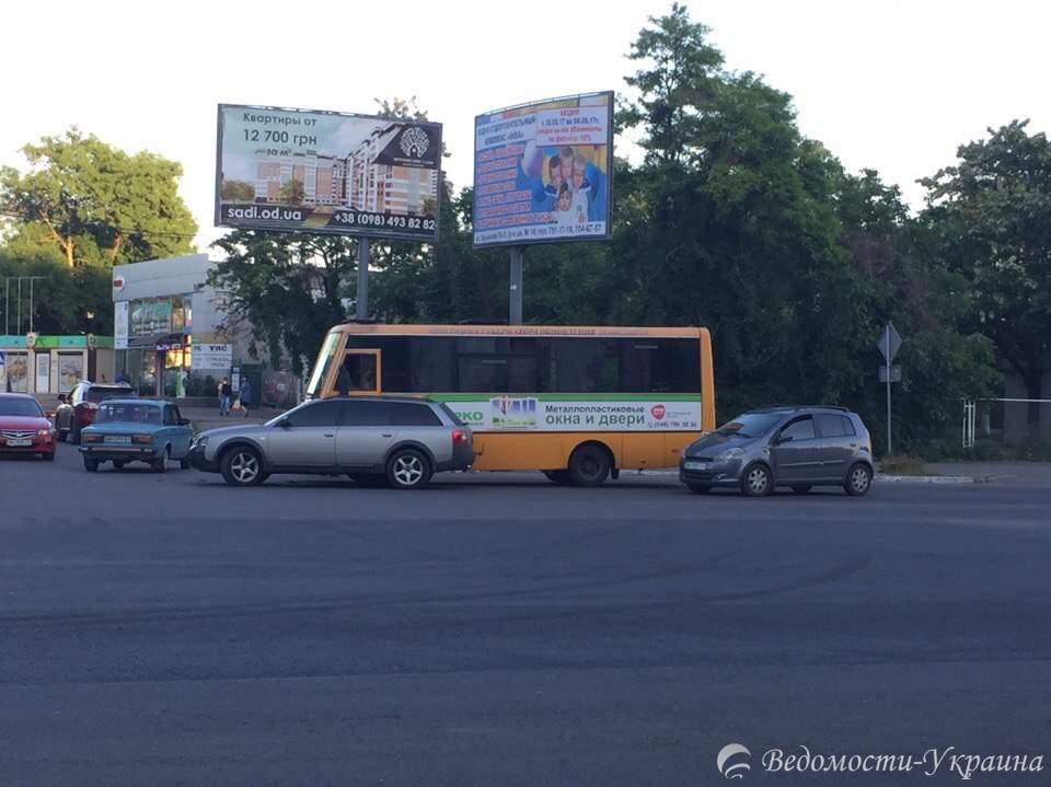 В Одессе водитель легковушки не пропустил автобус и тот въехал ему в бок (фото)