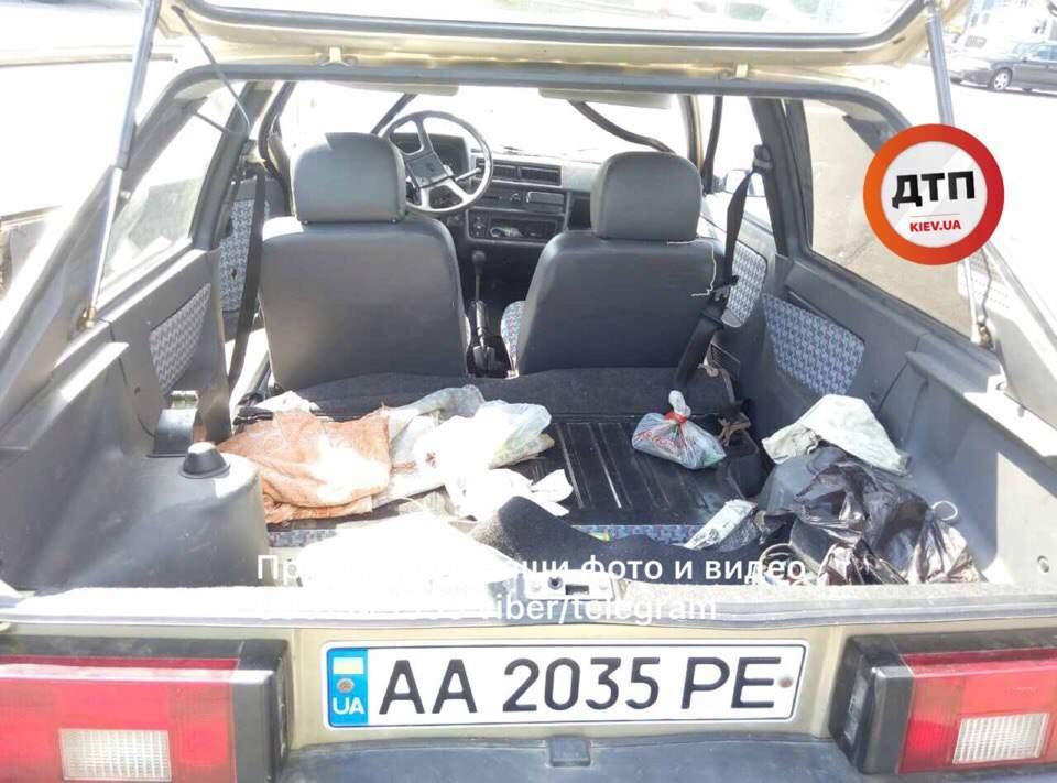 В Киеве 75-летний водитель не справился с управлением и врезался в проезжавший