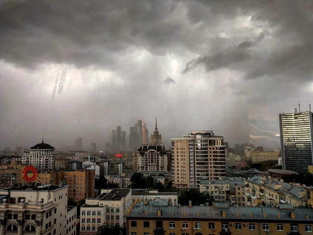 В результате сокрушительного урагана в Москве погиб украинец (фото)