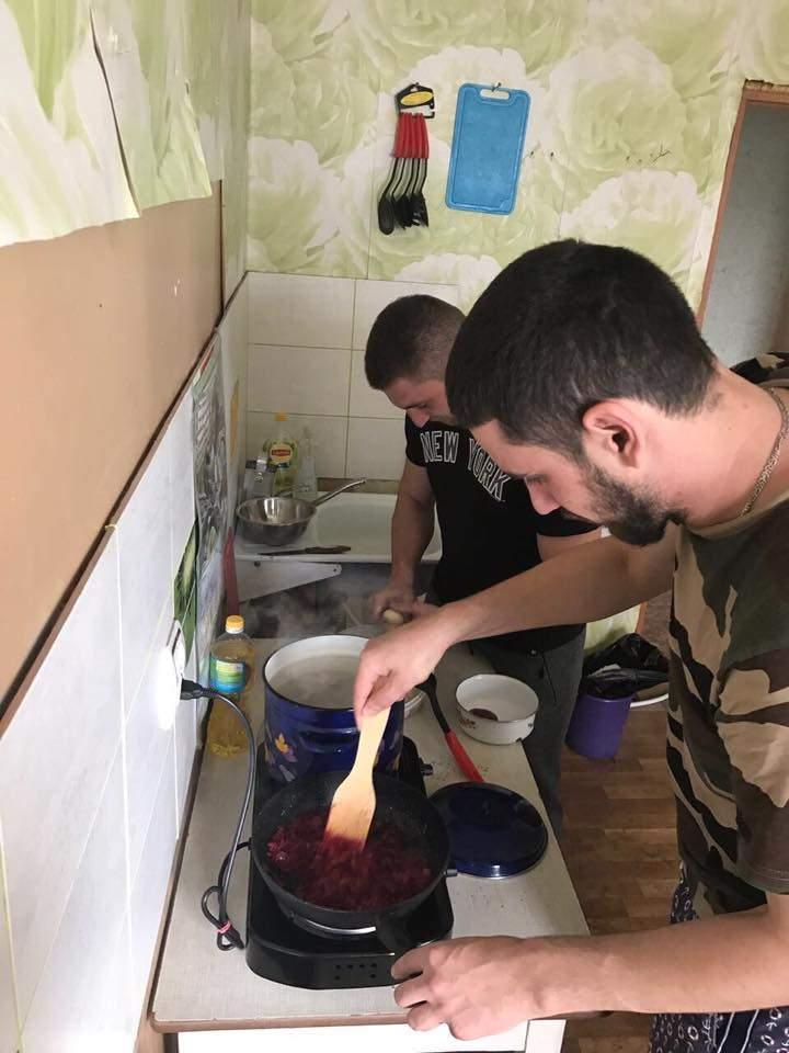 Дейдей приготовил борщ для АТО-шников в прифронтовой Авдеевке (фото)