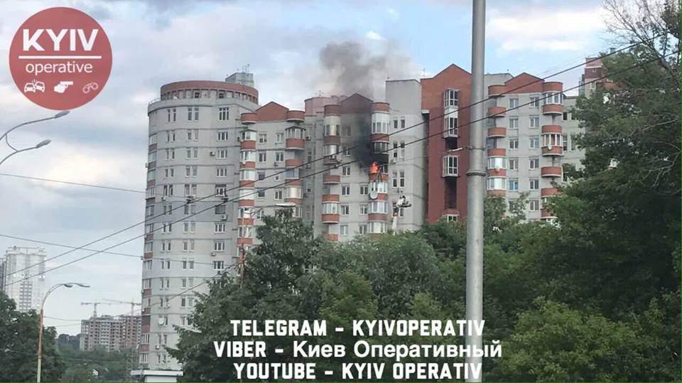 В столичной многоэтажке разбушевался пожар (Фото)