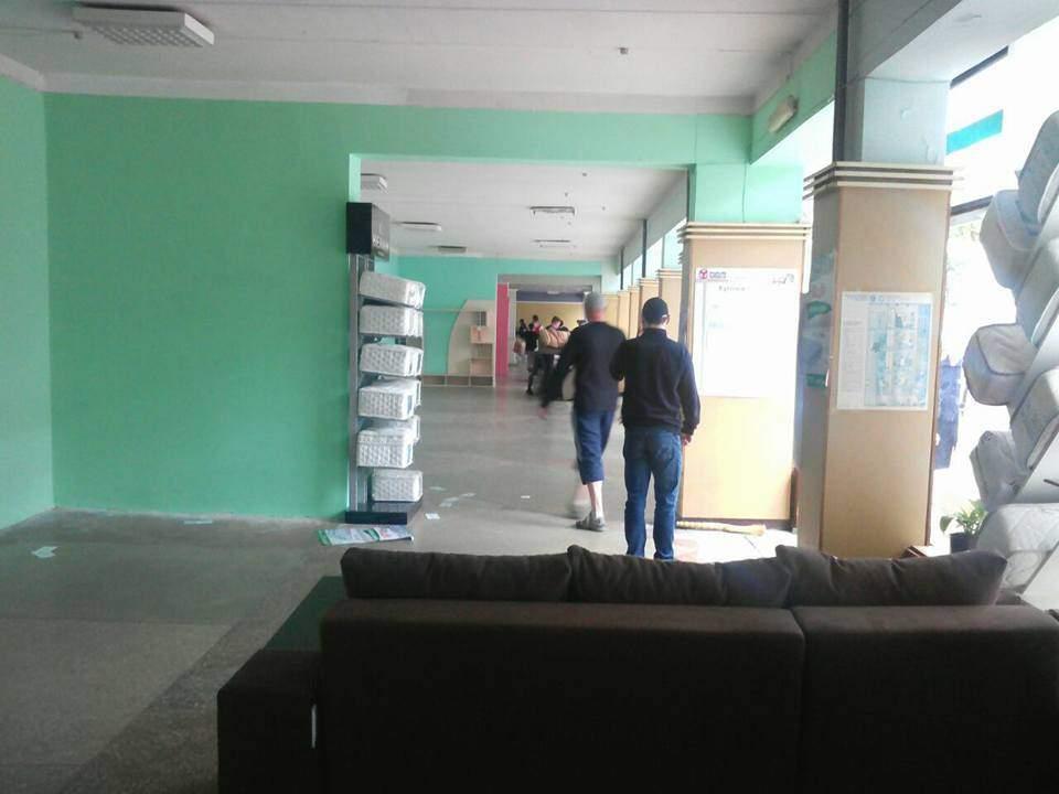 «Страсти по-мебельному»: в Чернигове «выселяют» магазин мебели (фото)