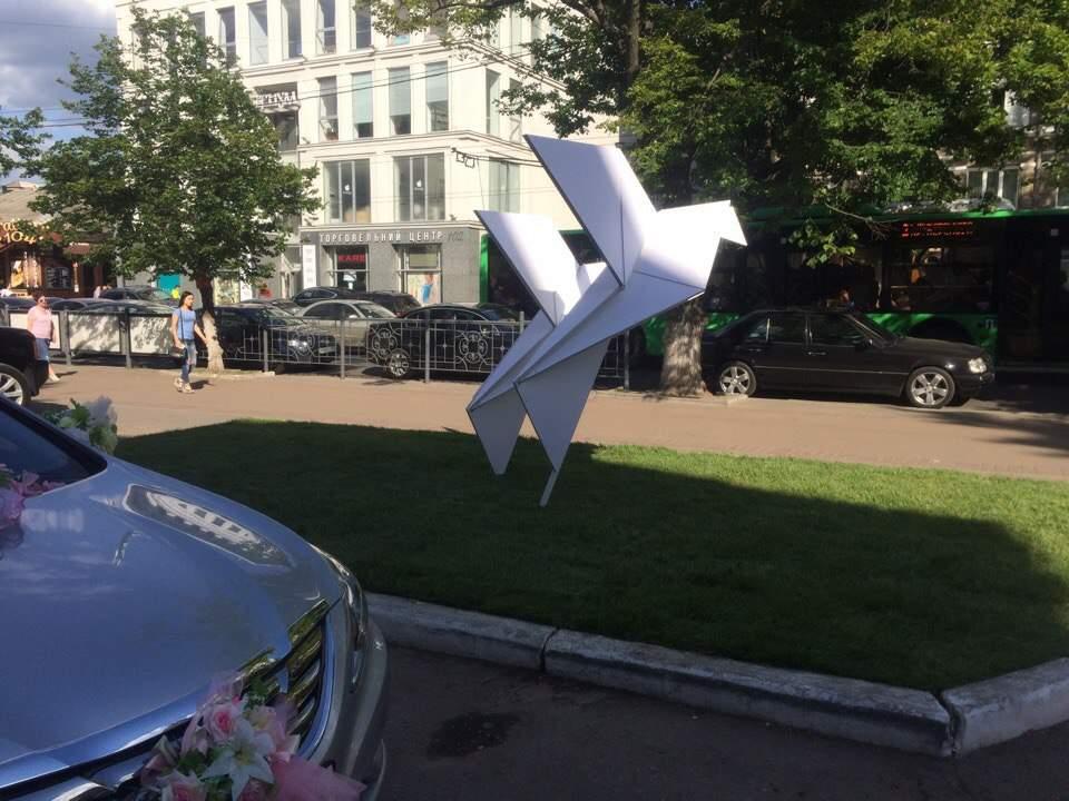 В Харькове возле Дворца Бракосочетания установили новые свадебные инсталляции (фото)
