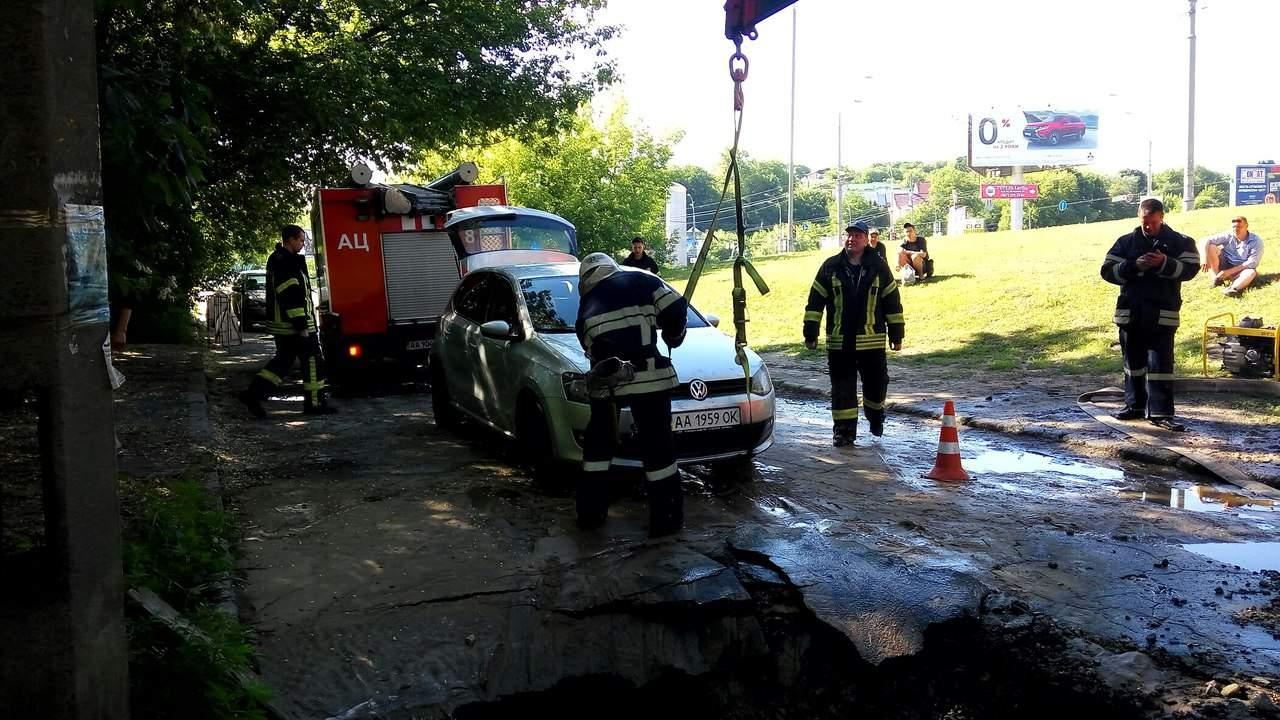В Киеве автомобиль ушел под асфальт из-за прорыва трубы (фото)