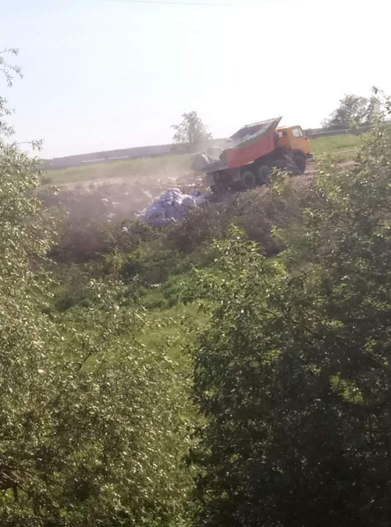 В селе Рясное-Русское заметили грузовик с львовским мусором (фото)