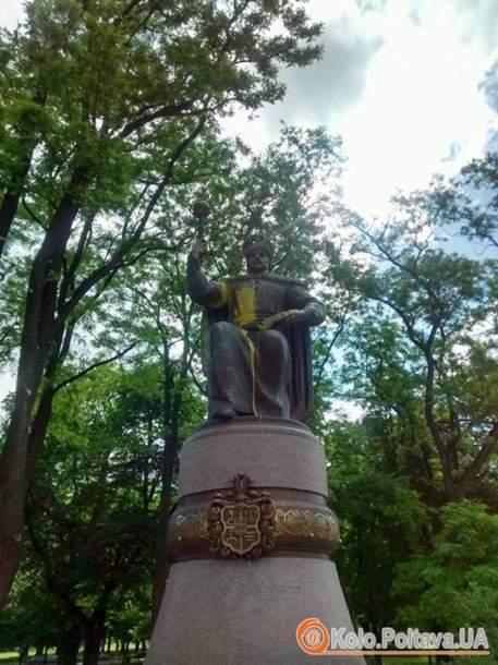 В Полтаве неизвестные вандалы облили краской памятник украинскому гетману Мазепе (фото, видео)