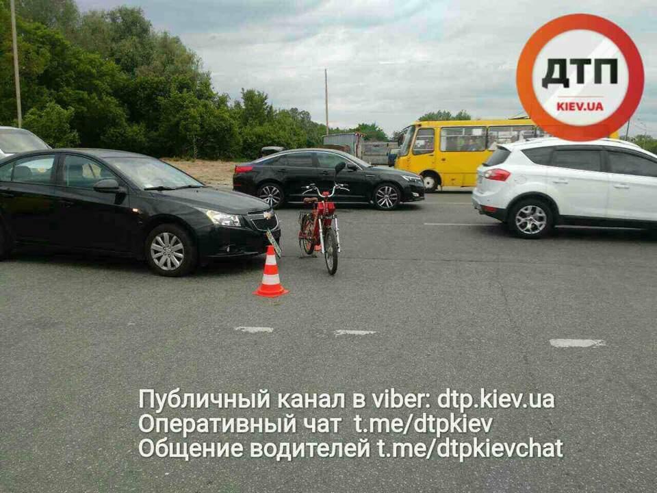 В Киеве водитель сбил мотоциклиста-нарушителя (фото)
