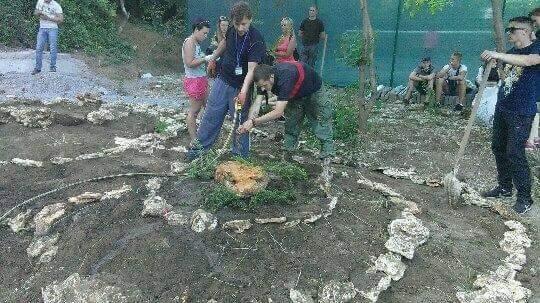 Одесские патриоты сегодня посадили клумбу на месте незаконного строительства