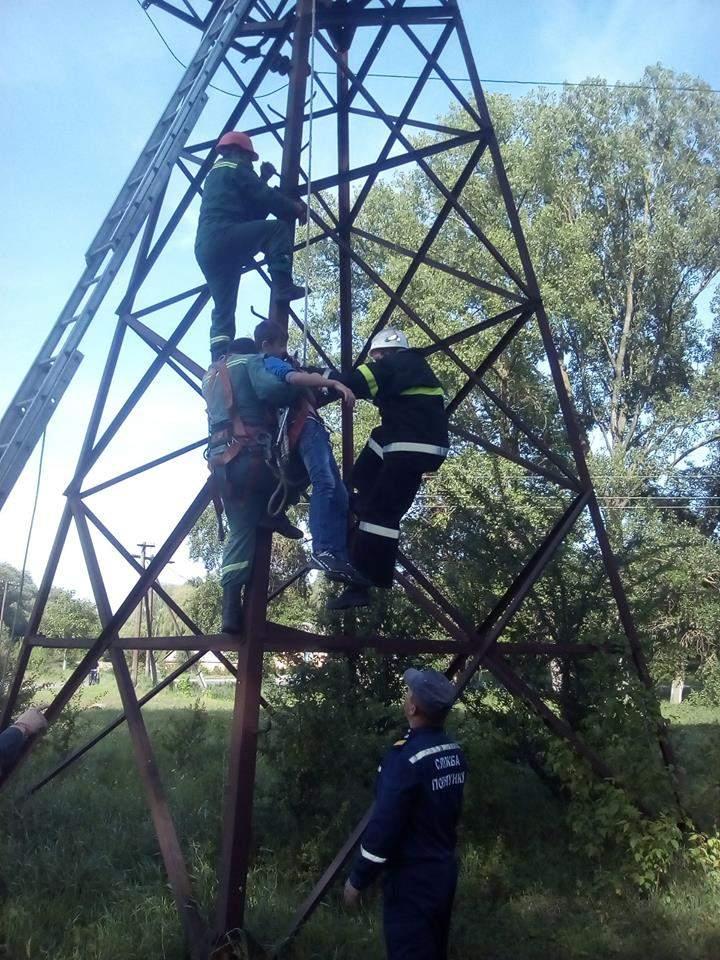 На Ровенщине спасатели сняли с электроопоры травмированного подростка (Фото)