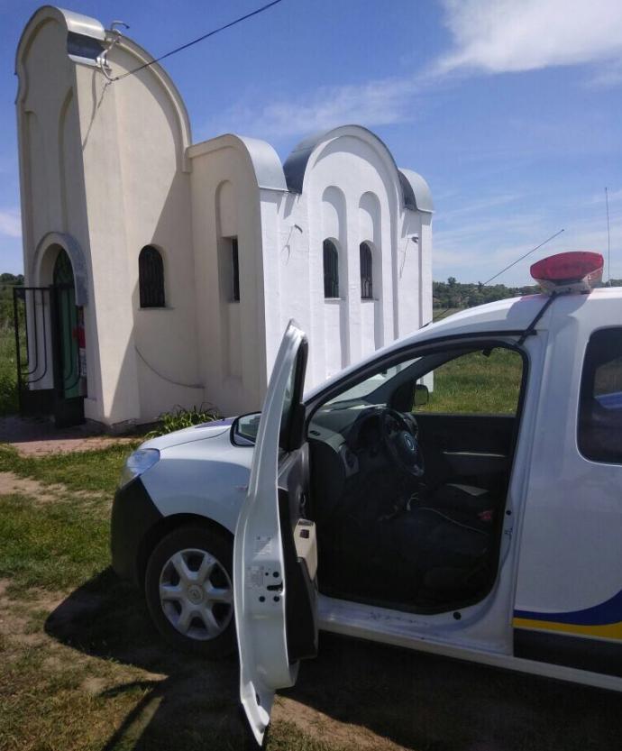 На Киевщине неизвестные разбили стекло и взломали раму на склепе еврейского праведника (Фото)