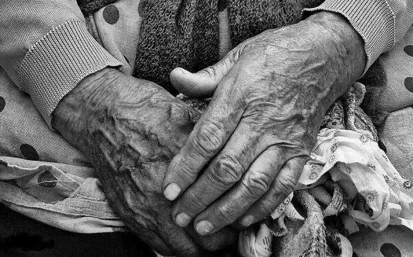 По-зверски избили старушку: В столице неизвестные из-за денег напали на пенсионерку