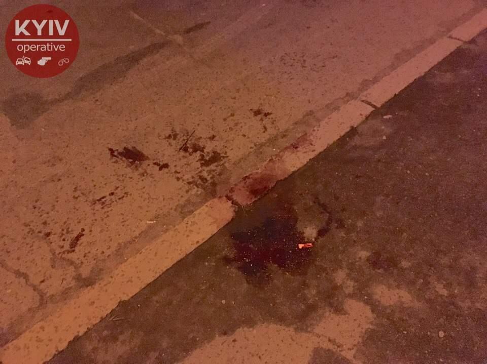 В Киеве неизвестный пытался зарезать мужчину на глазах у свидетелей: пострадавший -  в больнице (фото)