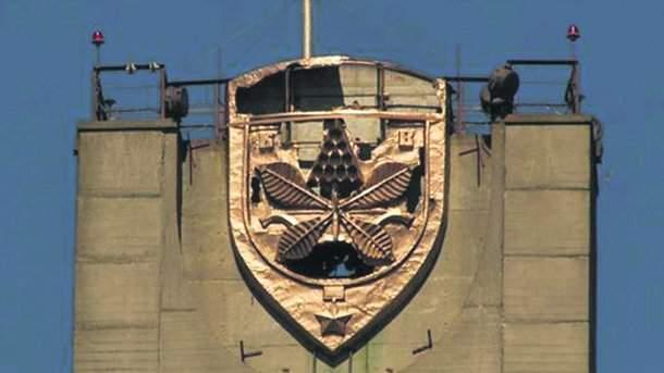 В столице неизвестные изуродовали герб Киева на Московском мосту (фото)