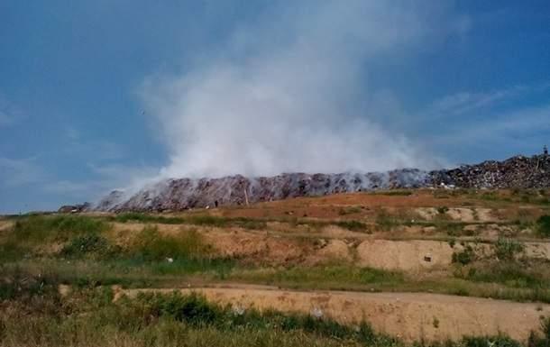 На Днепропетровщине почти сутки горит мусорный полигон