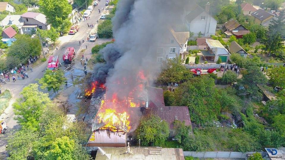 Пылающие дома и пожарные: В столице очередной масштабный пожар (Фото)