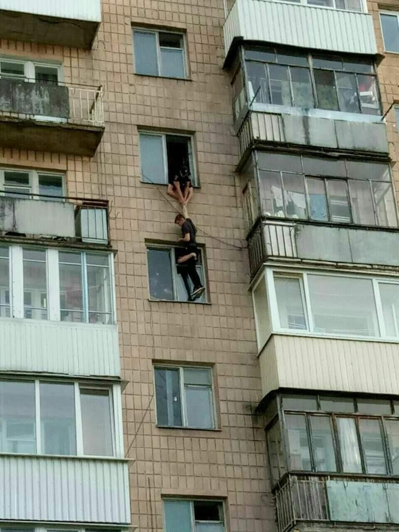 В Луцке патрульные спасли жизнь мужчине, пытавшемуся спрыгнуть с 9 этажа (фото)