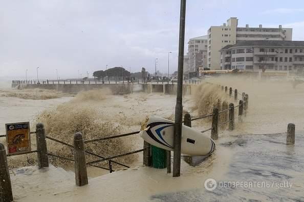 Мощнейший шторм обрушился на Кейптаун (Фото)